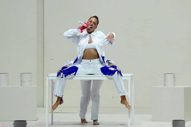 Selena Gomez khoe dáng gợi cảm, trình diễn cuốn hút - 8