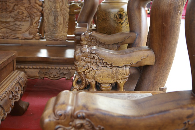 """Cận cảnh bộ bàn ghế """"khủng"""" giá hàng trăm triệu đồng ở Hà Nội - 10"""