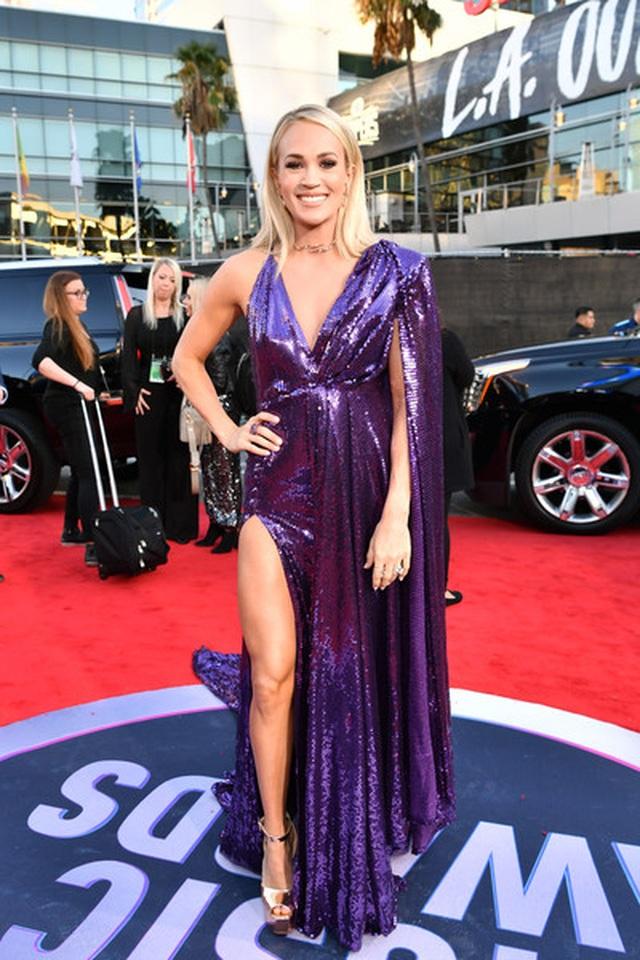 Selena Gomez khoe ngực căng đầy trên thảm đỏ American Music Awards - 31