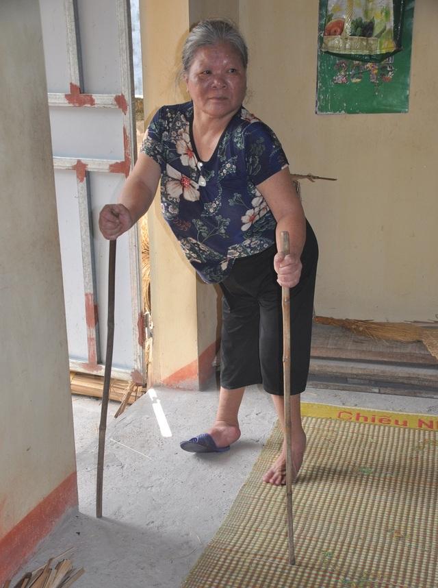 Thương 2 cụ tuổi 90 vẫn miệt mài ngồi đan cót lo từng bữa rau, bữa cháo cho con - 1