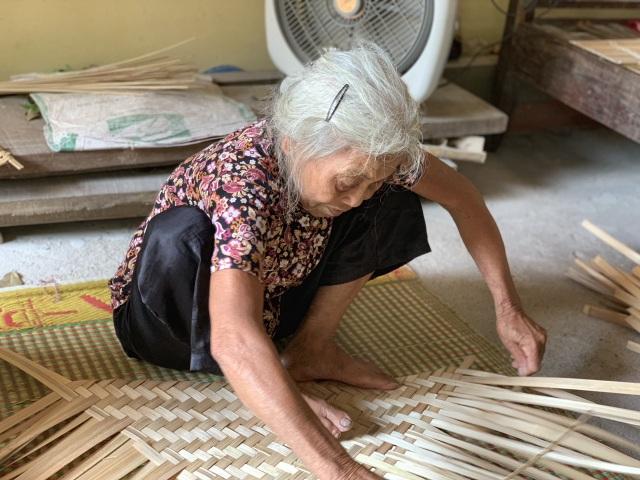 Tết ấm áp về với hai cụ tuổi 90 vẫn miệt mài đan cót lo bữa ăn cho con - 2