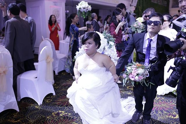 Xúc động đám cưới tập thể của 21 cặp đôi khiếm thị tại Hà Nội - 7