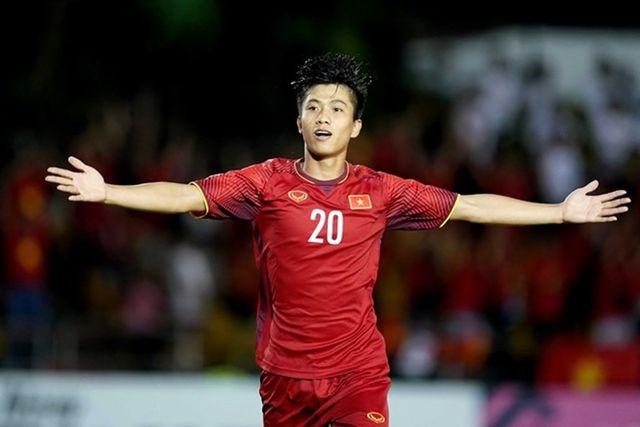Cầu thủ Phan Văn Đức lần đầu công khai bạn gái hot girl giữa tin đồn sắp kết hôn - 1