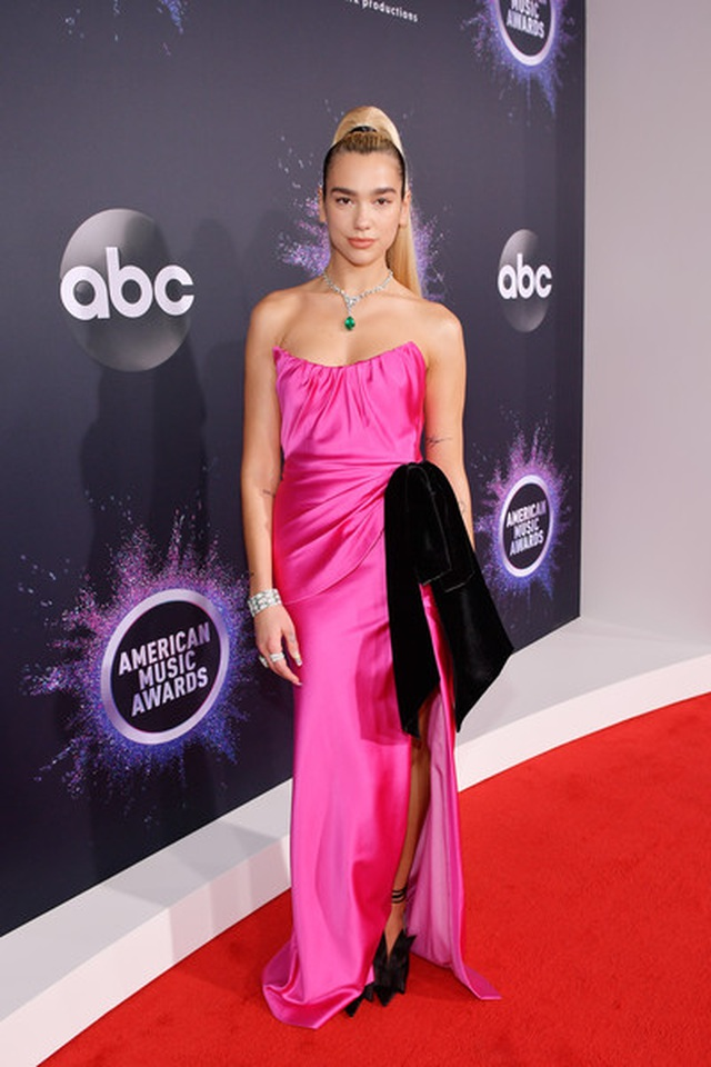 Selena Gomez khoe ngực căng đầy trên thảm đỏ American Music Awards - 19