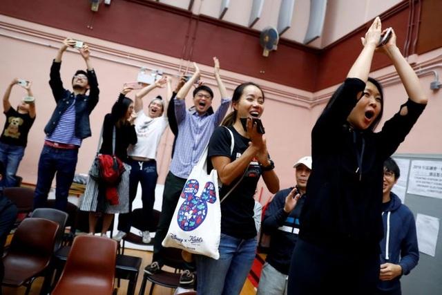 Sau kết quả bầu cử gây sốc, lãnh đạo Hong Kong cam kết lắng nghe tiếng nói của dân - 2
