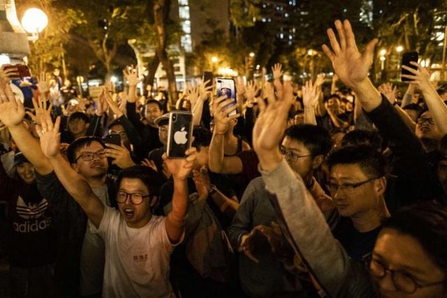 Phe dân chủ Hong Kong thắng lớn trong cuộc bầu cử cấp quận - 1