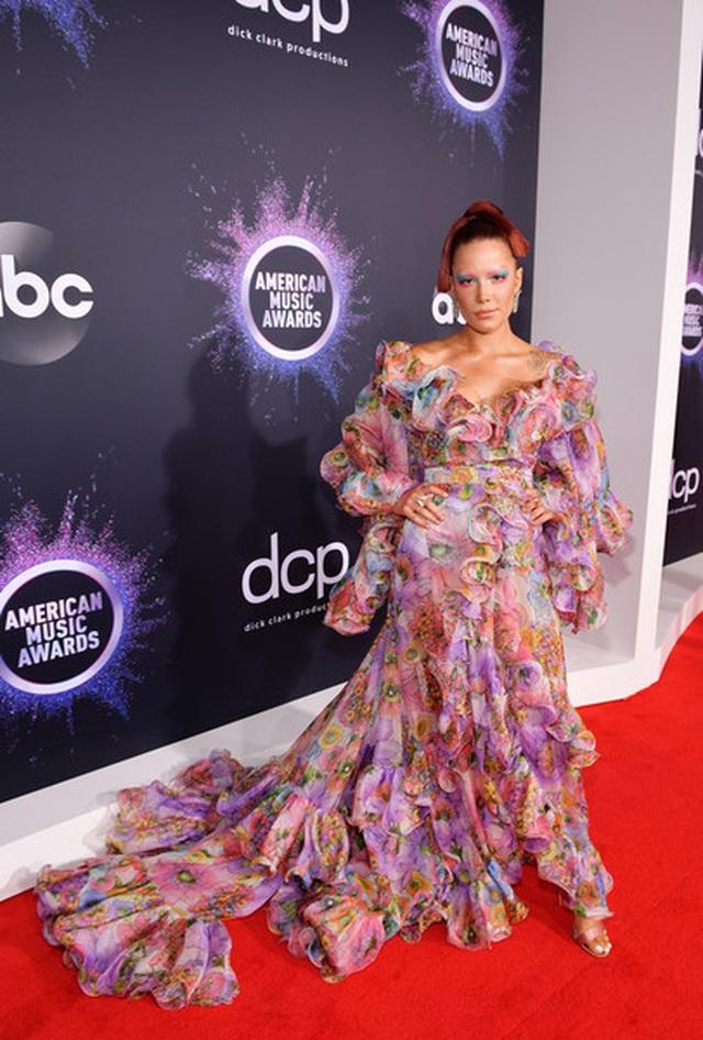 Selena Gomez khoe ngực căng đầy trên thảm đỏ American Music Awards - 38