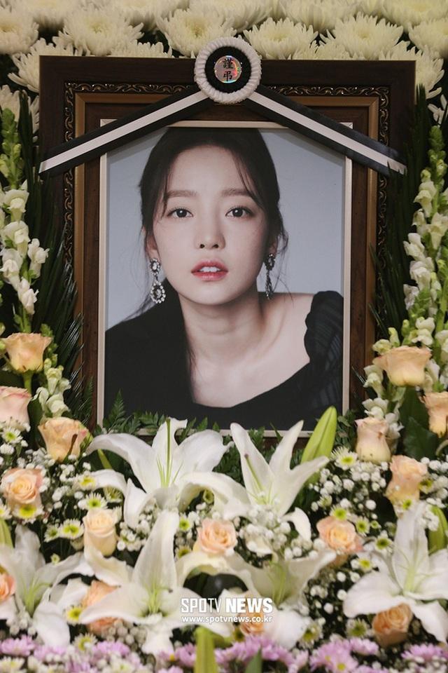 Hình ảnh đầu tiên trong tang lễ của Goo Hara - 2