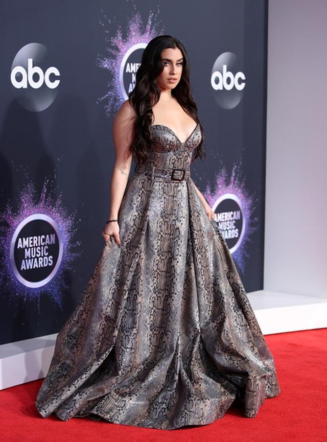 Selena Gomez khoe ngực căng đầy trên thảm đỏ American Music Awards - 25