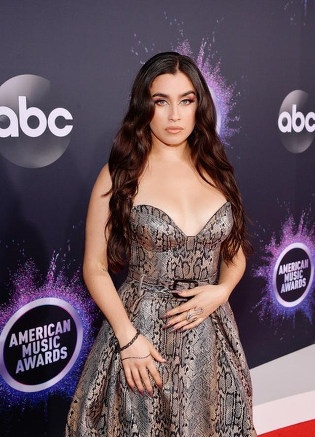 Selena Gomez khoe ngực căng đầy trên thảm đỏ American Music Awards - 26
