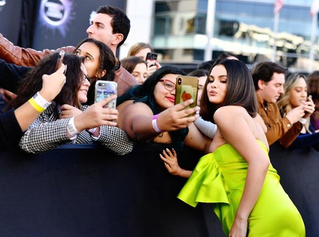 Selena Gomez khoe ngực căng đầy trên thảm đỏ American Music Awards - 3