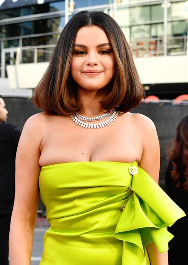Selena Gomez khoe ngực căng đầy trên thảm đỏ American Music Awards - 2