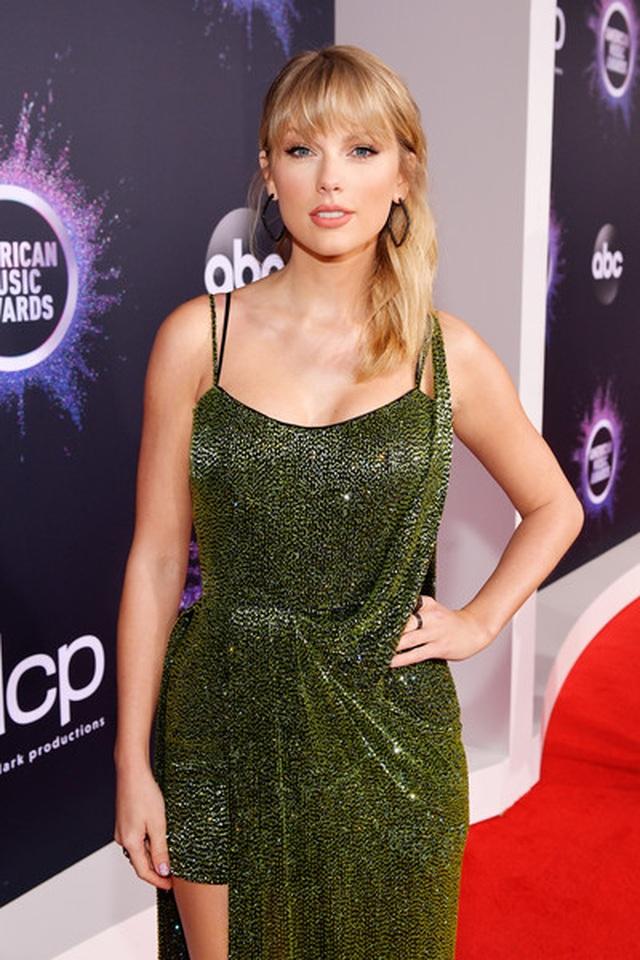Selena Gomez khoe ngực căng đầy trên thảm đỏ American Music Awards - 28