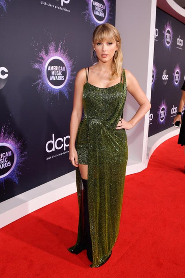 Selena Gomez khoe ngực căng đầy trên thảm đỏ American Music Awards - 29