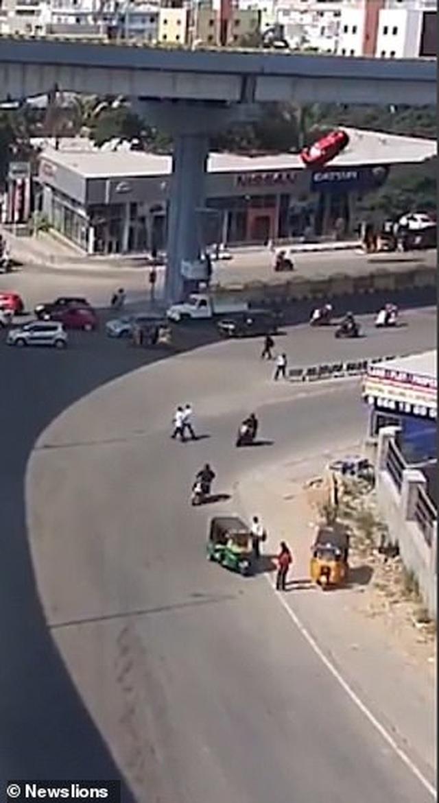 Kinh hoàng khoảnh khắc xe văng khỏi cầu vượt đâm chết người đi bộ - 1