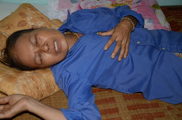 Cụ bà tuổi 90 tuổi thèm bữa cơm có thịt bật khóc khi được tặng tủ lạnh chứa đầy thức ăn - 1
