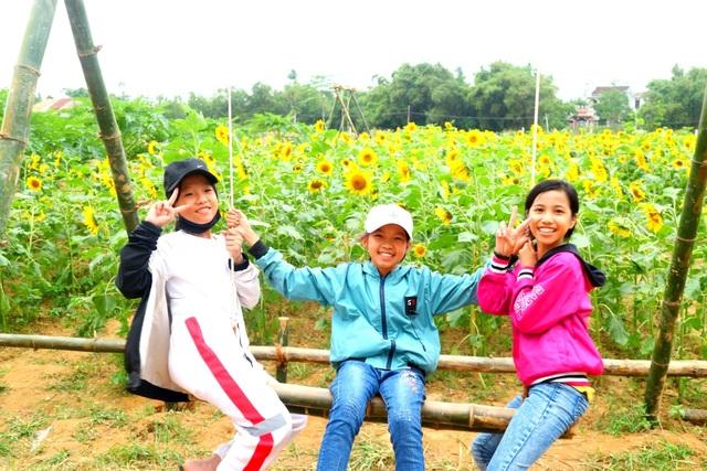 Giới trẻ đổ xô check-in cánh đồng hoa hướng dương gần Hội An - 8