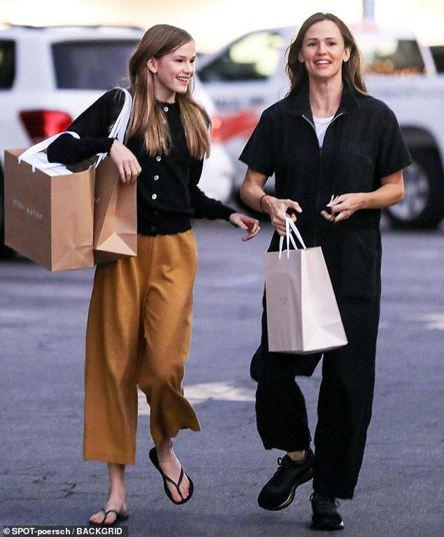 Con gái lớn nhà Jennifer Garner - Ben Affleck ngày càng xinh đẹp giống mẹ - 1