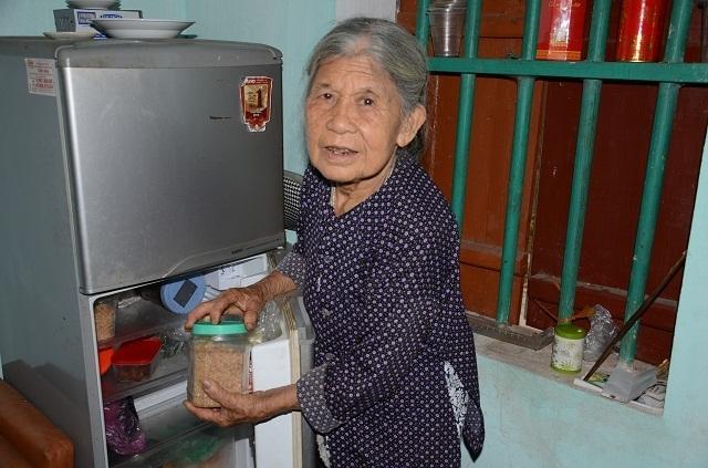Cụ bà tuổi 90 tuổi thèm bữa cơm có thịt bật khóc khi được tặng tủ lạnh chứa đầy thức ăn - 4