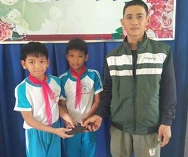 Quảng Ngãi: Tuyên dương 2 học sinh trả ví cho người đánh rơi - 1