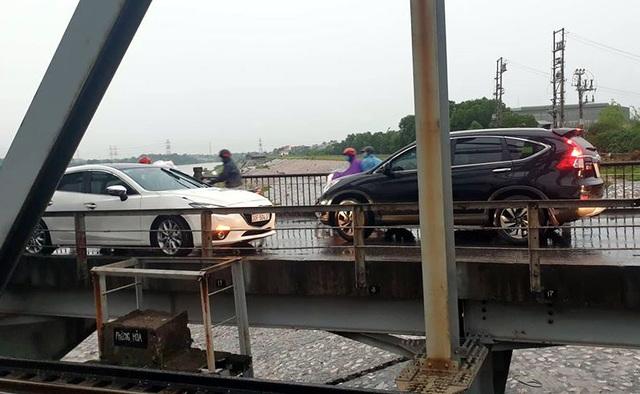 Hà Nội: Xử phạt tài xế lái ô tô đi ngược chiều trên cầu Đuống - 1