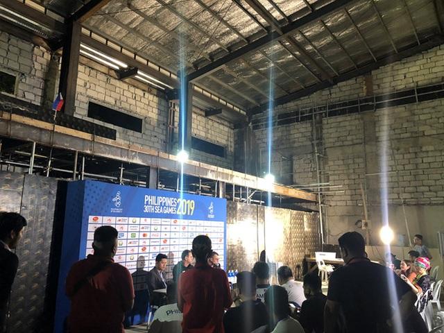 Bị phản ứng, Philippines thay gấp xe buýt và phòng họp báo phục vụ bóng đá - 6