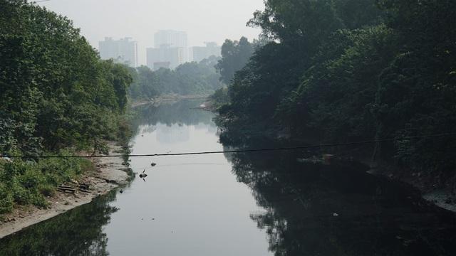 """Hình ảnh những dòng sông bốc mùi ở Hà Nội mòn mỏi chờ """"hồi sinh"""" - 4"""