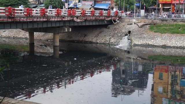 """Hình ảnh những dòng sông bốc mùi ở Hà Nội mòn mỏi chờ """"hồi sinh"""" - 1"""
