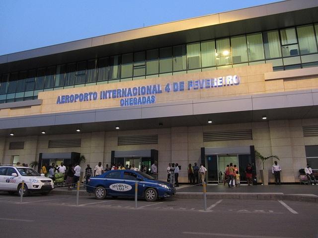 Cặp đôi người Việt bị bắt vì giấu hơn 1 triệu USD lên máy bay - 1