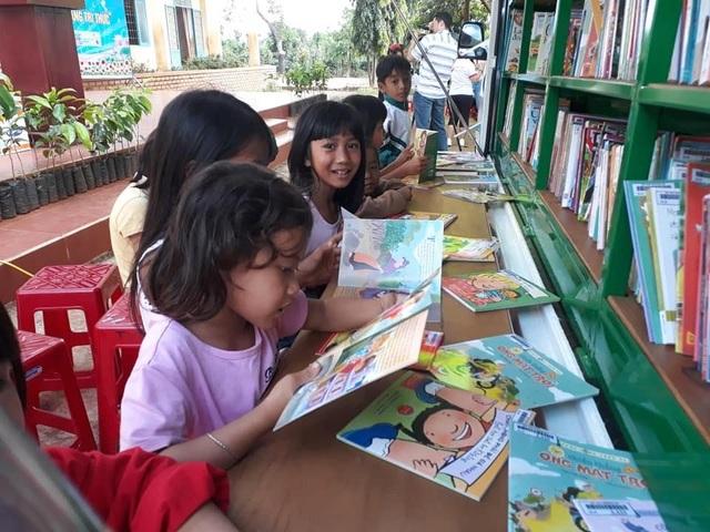 """Niềm vui của học trò vùng sâu khi đón """"thư viện về buôn"""" - 1"""