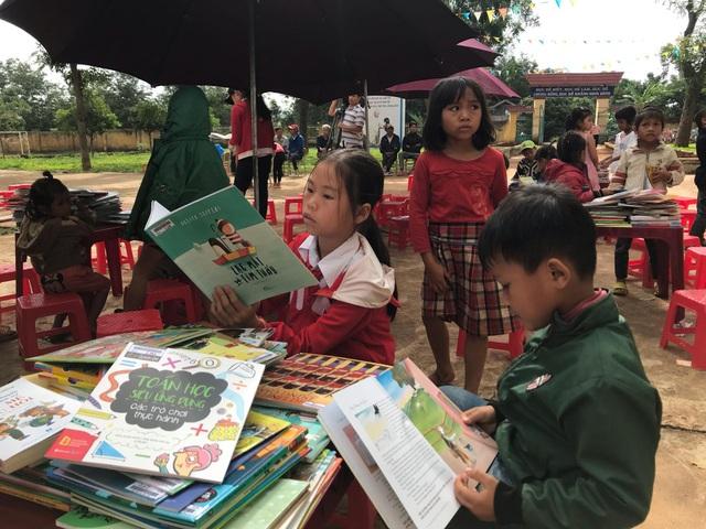 """Niềm vui của học trò vùng sâu khi đón """"thư viện về buôn"""" - 3"""