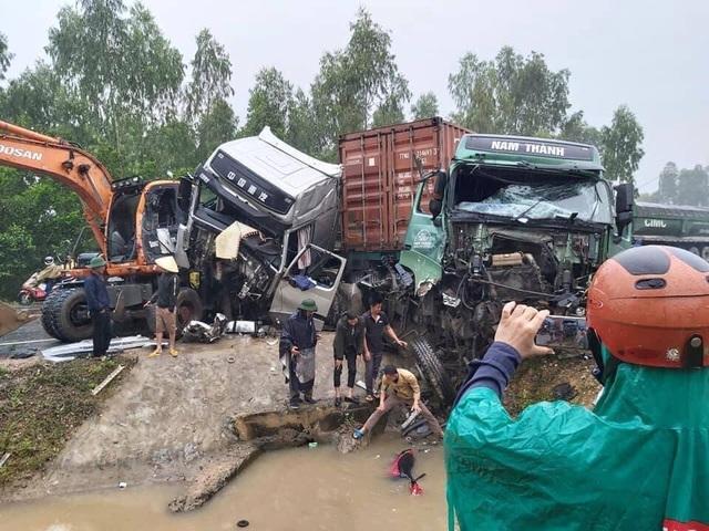 Tai nạn liên hoàn, 2 xe đầu kéo và 1 máy xúc dính chặt vào nhau - 1