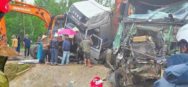 Tai nạn liên hoàn, 2 xe đầu kéo và 1 máy xúc dính chặt vào nhau - 4