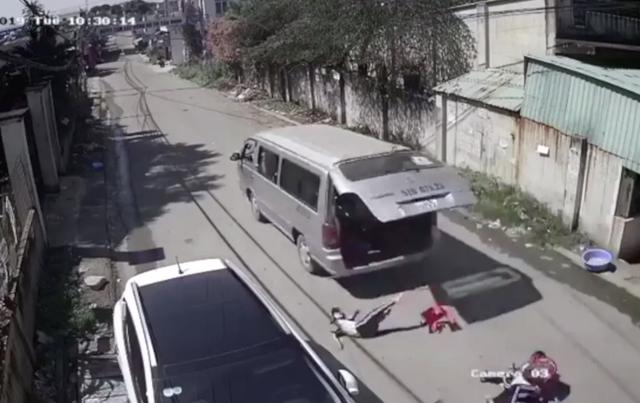 3 học sinh tiểu học bị văng khỏi xe đưa rước: Hiệu trưởng nói gì? - 2