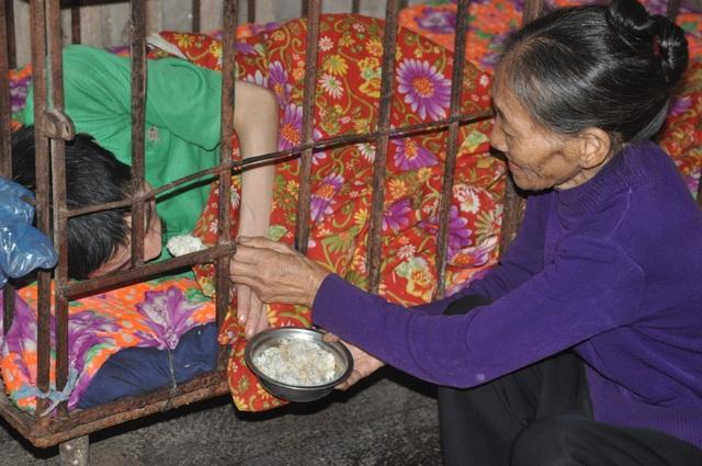 Bộ trưởng Đào Ngọc Dung chỉ đạo giúp đỡ người mẹ đau lòng phải nhốt con trong cũi sắt - 1