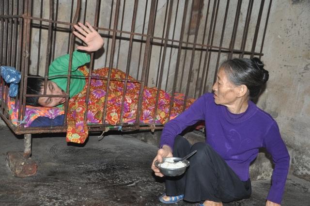Người mẹ đau lòng khi phải nhốt con trong cũi sắt - 7