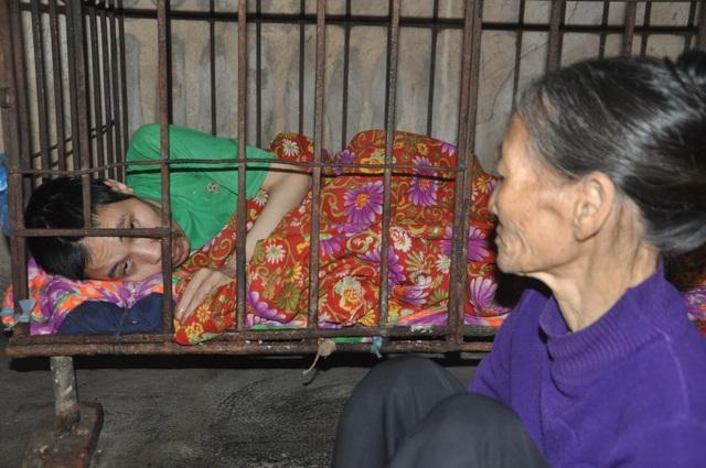 Người mẹ đau lòng khi phải nhốt con trong cũi sắt - 2