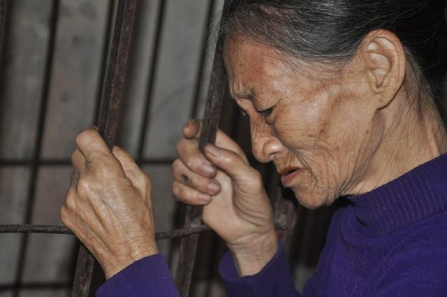 Người mẹ đau lòng khi phải nhốt con trong cũi sắt - 9