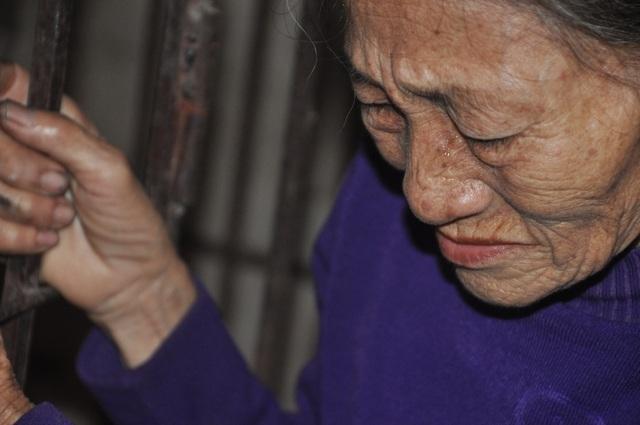 Người mẹ đau lòng khi phải nhốt con trong cũi sắt - 6