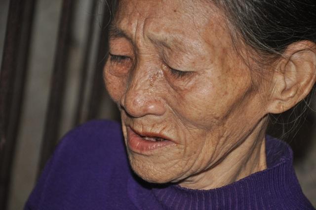 Người mẹ đau lòng khi phải nhốt con trong cũi sắt - 3