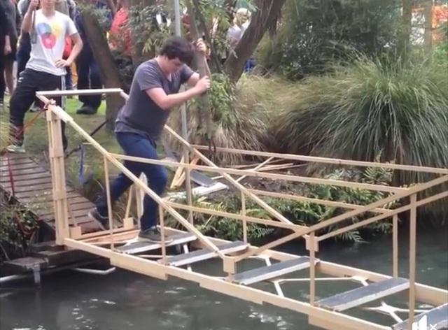 Cực chất màn tự thử nghiệm thiết kế cầu qua mương của sinh viên New Zealand - 1