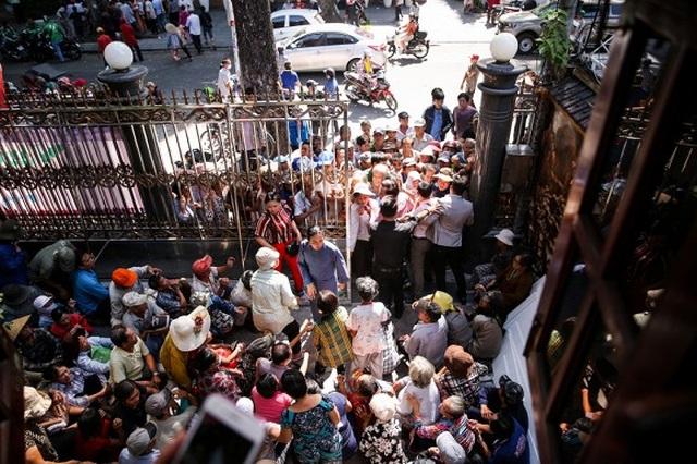 Nhiều người chen lấn để nhận tiền và quà trước biệt thự của Ngọc Sơn - 2