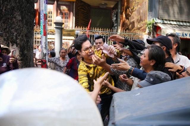 Nhiều người chen lấn để nhận tiền và quà trước biệt thự của Ngọc Sơn - 4