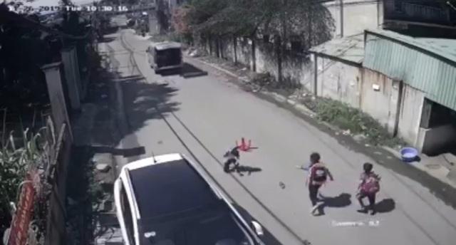 Yêu cầu báo cáo vụ xe đưa đón làm rơi 3 học sinh xuống đường - 1