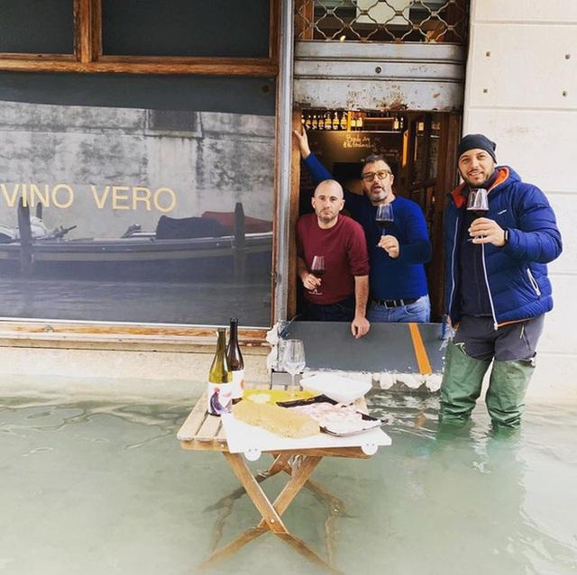 """Mải mê """"tự sướng"""" giữa cảnh lụt lội, du khách sảy chân rơi tõm xuống nước - 3"""