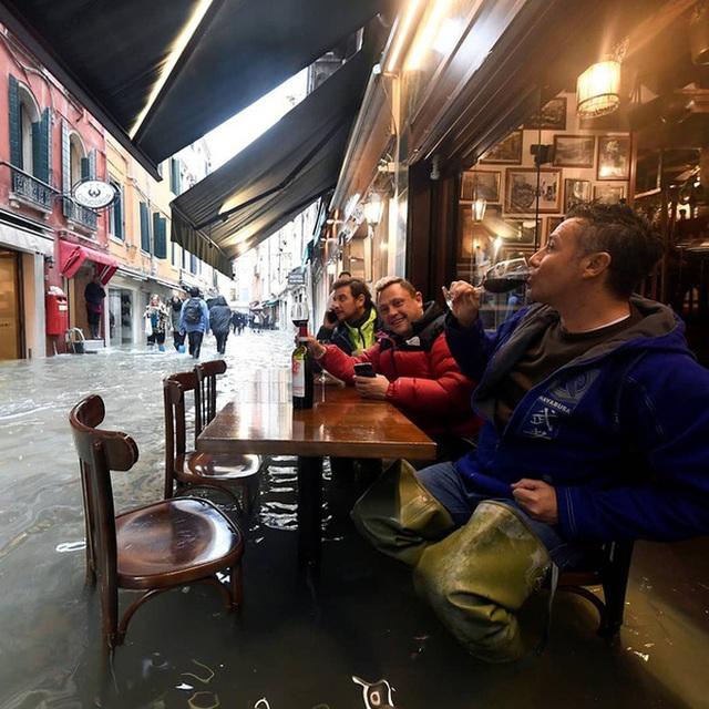 """Mải mê """"tự sướng"""" giữa cảnh lụt lội, du khách sảy chân rơi tõm xuống nước - 4"""