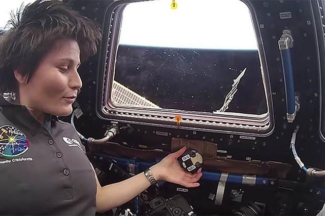 Vật thể bí ẩn bất ngờ xuất hiện sau lưng phi hành gia trên trạm ISS - 1