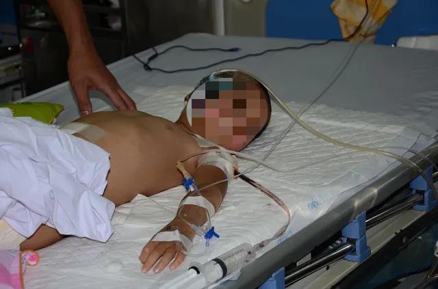 Xe container cuốn cả gia đình vào gầm, bé trai 5 tuổi bị kéo lê gần 60m: Cứu cháu với! - 3