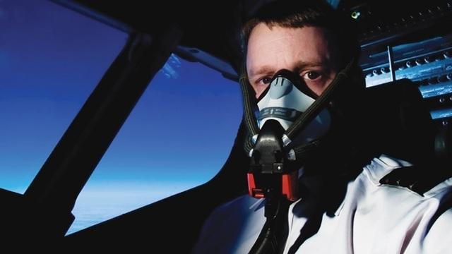 Tại sao phi công không được để râu, có sẹo trên người? - 3