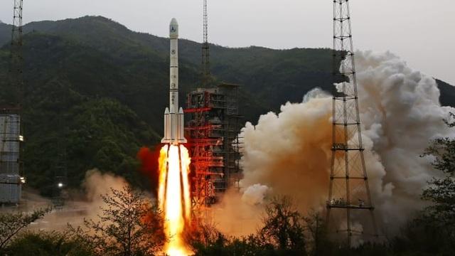 """Video """"mưa"""" mảnh vỡ tên lửa Trung Quốc rơi nát nhà dân - 1"""